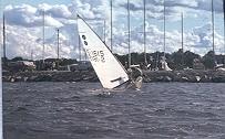 En av bröderna Säiner seglar E-jolle